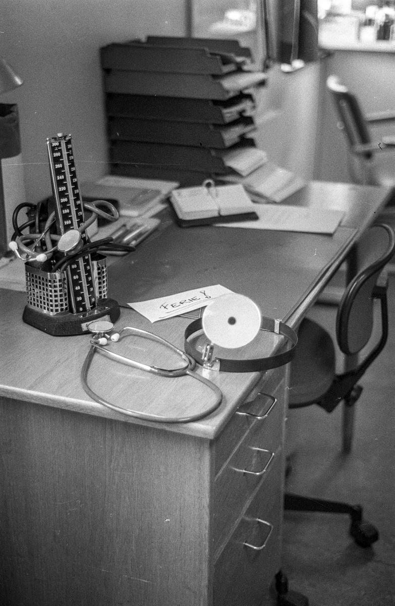 Medisinsk utstyr, blodtrykksmåler, stetoskop. Ca.1985