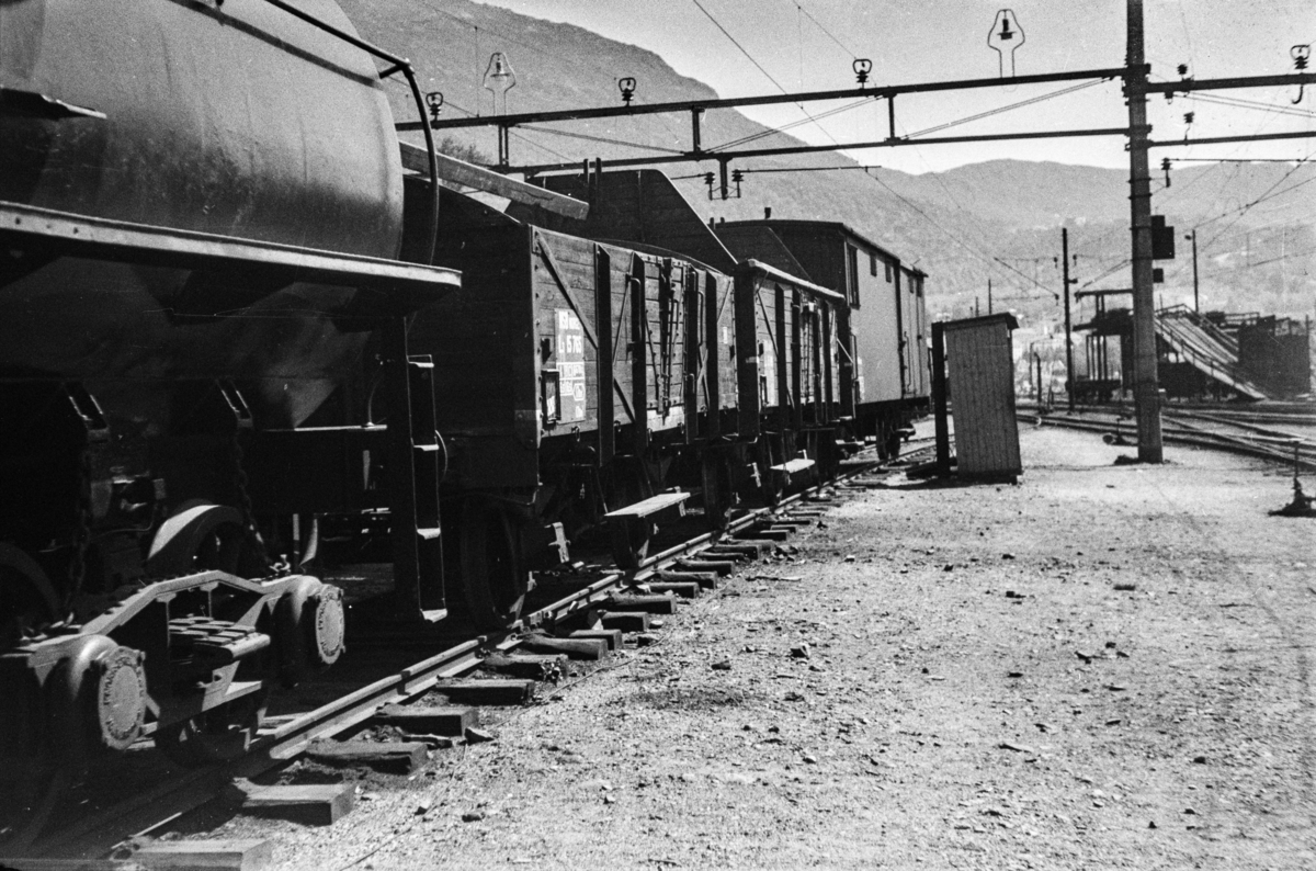 Godsvogner litra L 3 og Gfo 2 samt sprøytevogn  litra R nr. 2752, tidligere tenderen fra damplokomotiv type 49c nr. 472.