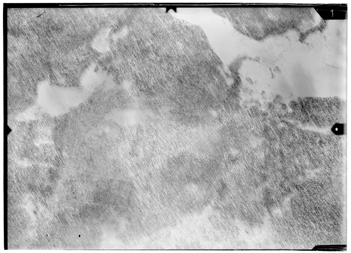 Flygfotografi av landskap kring Märkäjärvi i norra Finland under finska vinterkriget, 1940. Spaningsbild över skog, sjö och fält tagen av flygare vid F 19, Svenska frivilligkåren i Finland.