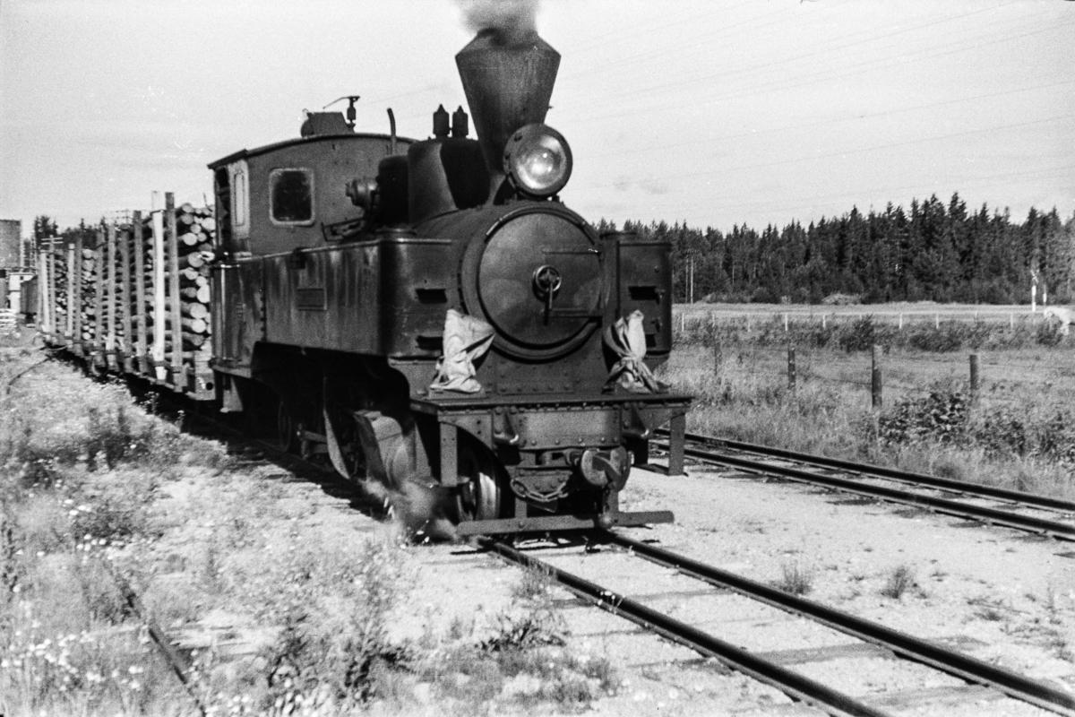 Aurskog-Hølandbanens damplokomotiv nr. 4 SETSKOGEN med blandet tog på Killingmo stasjon.