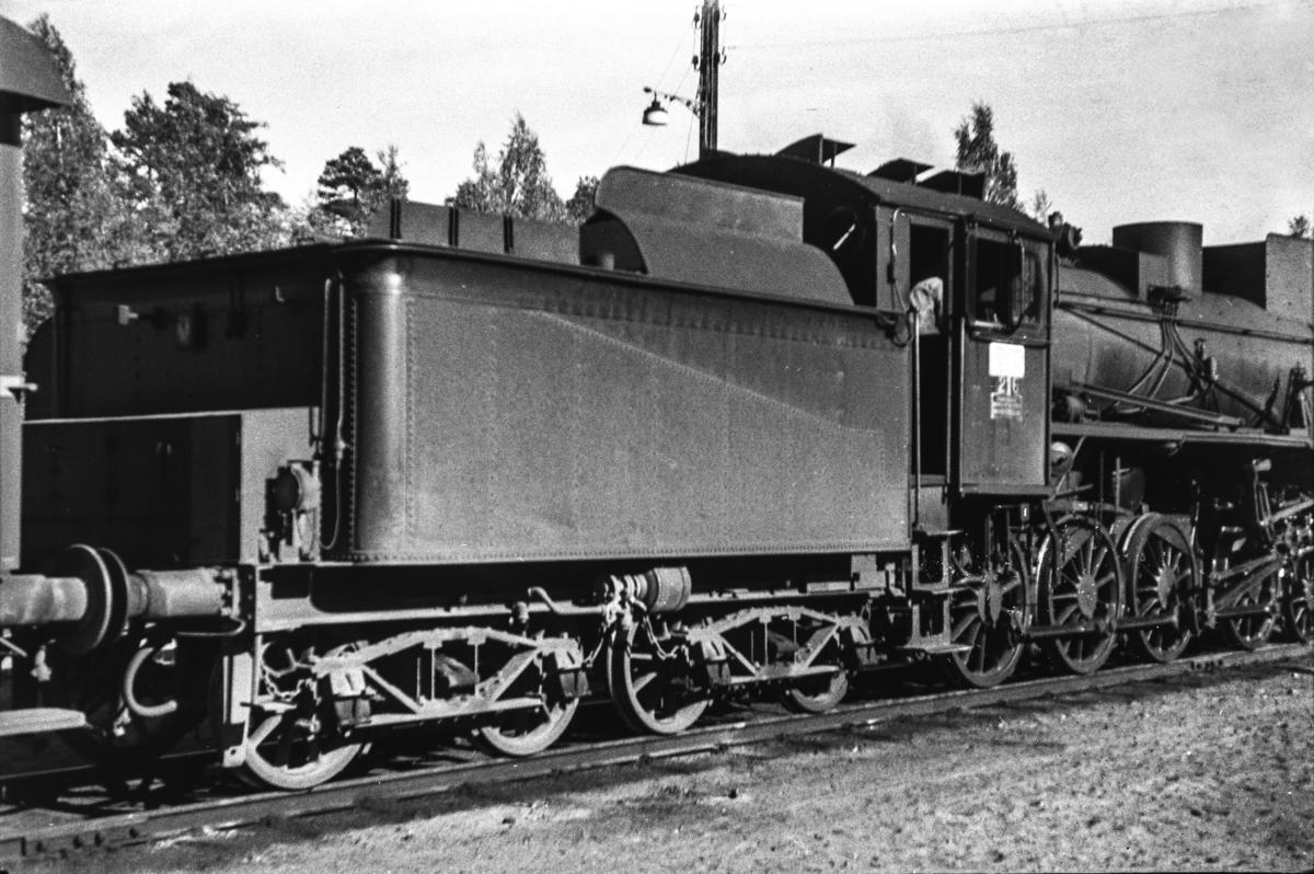 Damplokomotiv type 26a nr. 216 med dagtoget fra Trondheim til Oslo Ø over Røros, tog 302, på Elverum stasjon.