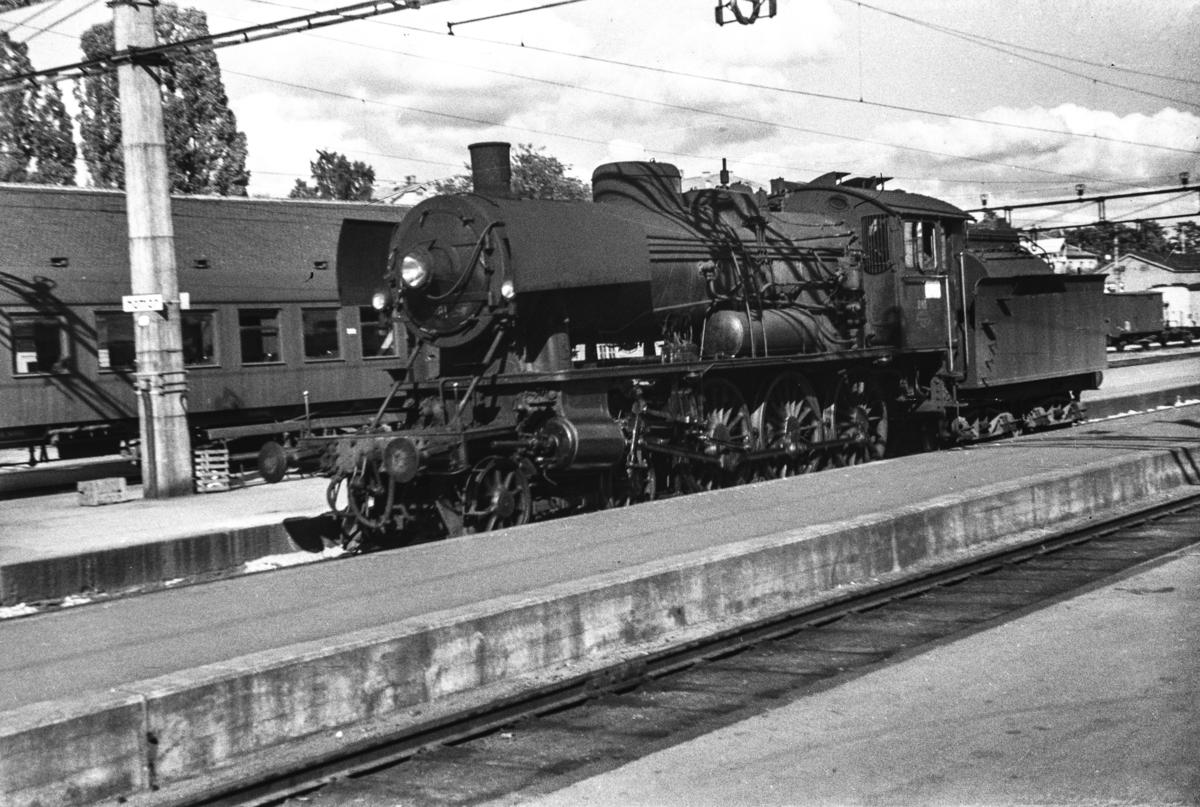 Utrangert damplokomotiv type 30a nr. 281 på Hamar stasjon.
