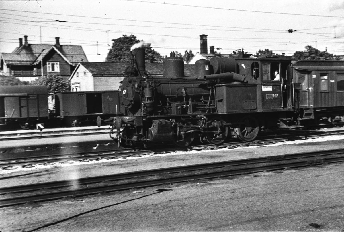 Utrangert damplokomotiv type 25a nr. 197 i skiftetjeneste på Hamar stasjon.