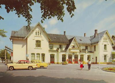 Fredrikstad jernbanestasjon, postkort ca. 1957-60. Nærmeste bil er en Fransk Ford Vedette 1955-57 eller Simca Ariane 1957-61. Bak: Opel Kaptein (Kapitän) 1956-57.