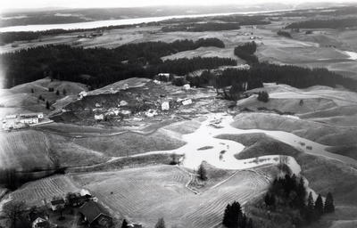 Oversiktsbilde over rasområde på Skjønhaug i Trøgstad hvor flere boliger er ødelagt, 29.oktober 1967.. Foto/Photo