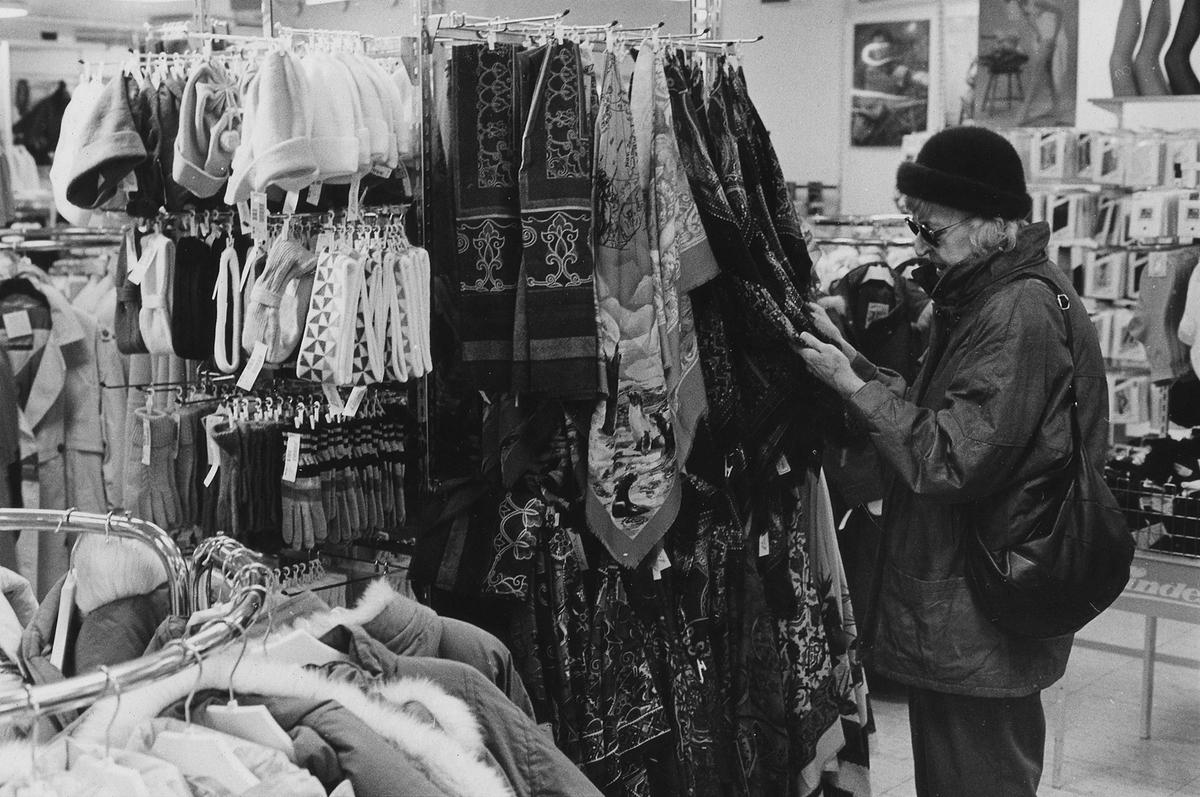 En dam tittar på kläder på Lindex, kvarteret Pärlan 7. I november 1990 flyttade butiken tillsammans med Gulins in i Epas gamla varuhus i kvarteret Storken 12.