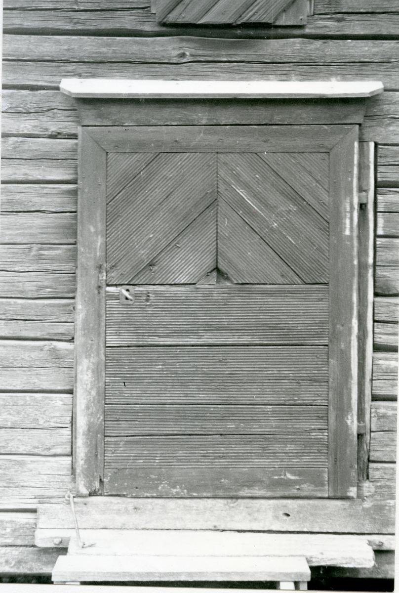 Karbenning, Karbenning by. Dörr i stolpbod, 1934.