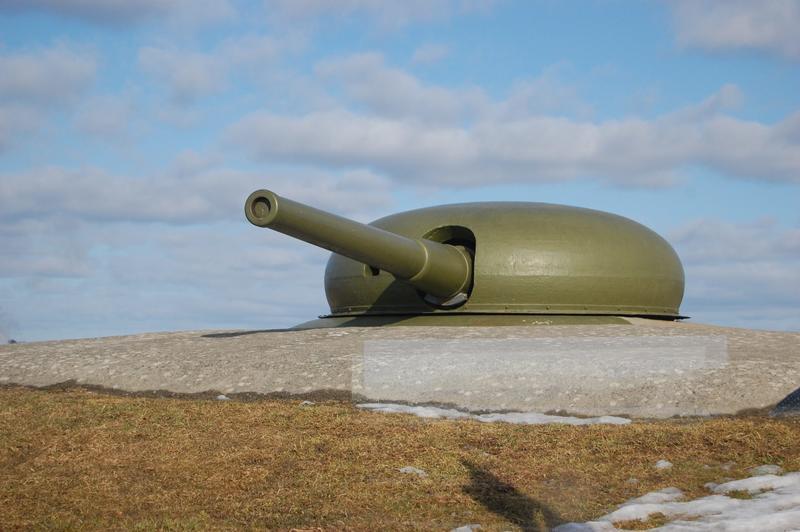 Den store Schneider-kanonen fra 1905 kan sees fra vanntårnet inne i museet.