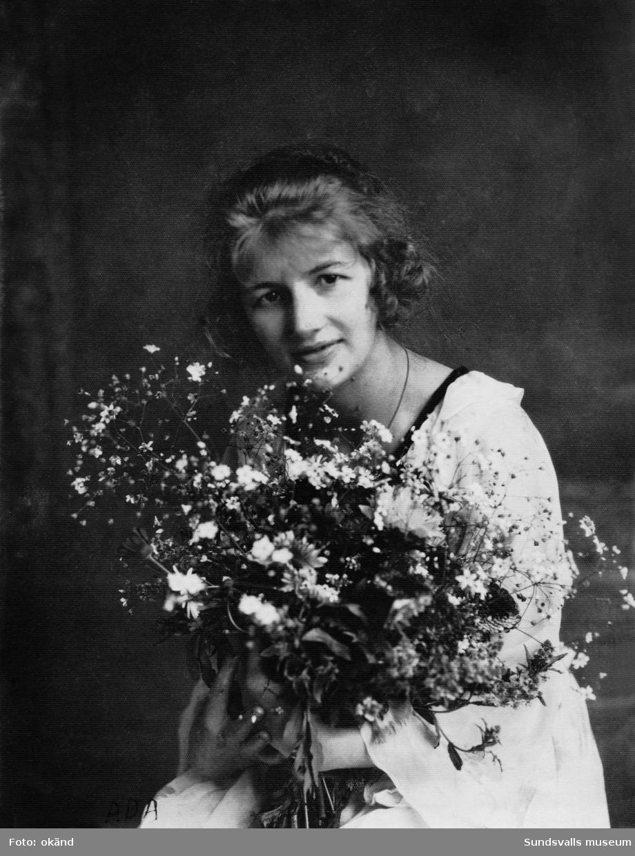 Fotografen Ada Margareta Stridlund senare gift Borgström (född 1899 död 1959) på sin 21-årsdag. Hon var under två perioder, 1920 till 1926 samt från något år under 1940-talet till 1959, bosatt i Vi på Alnö där hon också hade sin ateljé.