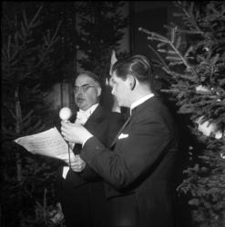 Nyårsfirande på Knaust 1952 med massor av festglada människo