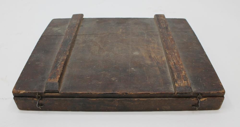 En samling borrar i en trälåda med lock. Lockets insida är märkt med brukaren Jakob Sundströms namn, samt med en innehållsförteckning över lådans innehåll. Lådan innehåller i separata försänkta utrymmen: 6 spiralborrar, 8 centrumborrar, 3 skålborrar och 4 försänkare.