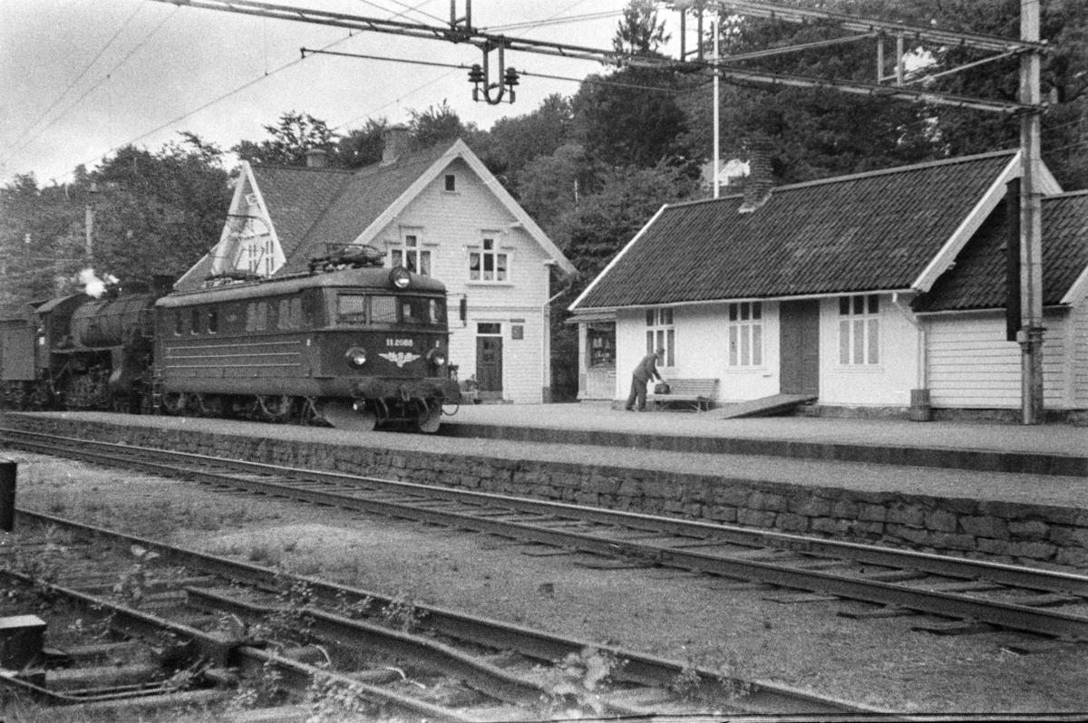 Elektrisk lokomotiv type El 11 nr. 2088 og damplokomotiv type 31b nr. 429 med tog på Fjøsanger stasjon.