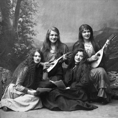 Kvinner med mandoliner