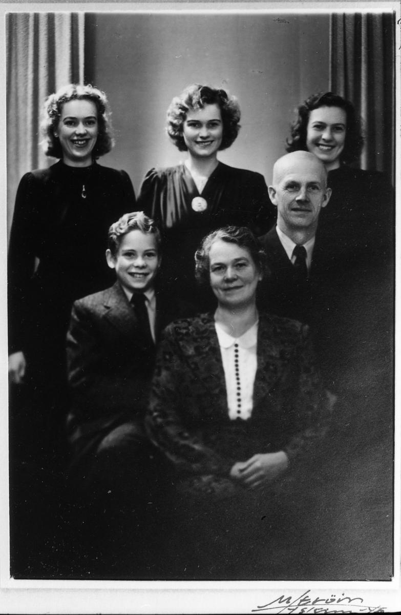 bd4814dc To avfotograferte portretter av et eldre par, tre voksne kvinner, og en ung  gutt