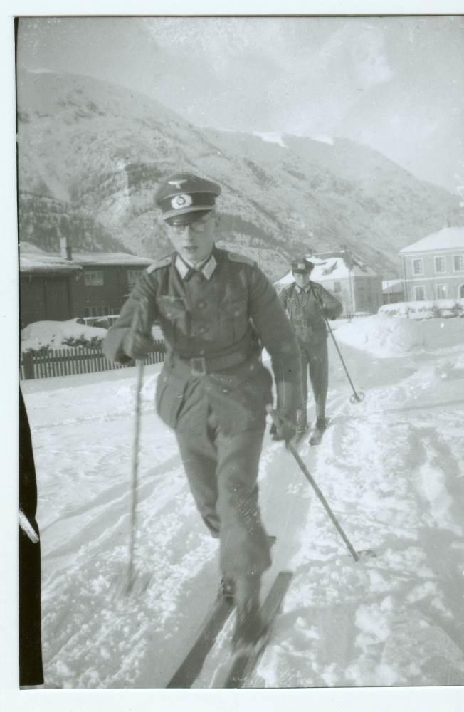 Tyske soldater på ski i Mosjøen. I bakgrunnen ser vi brannstasjonen.
