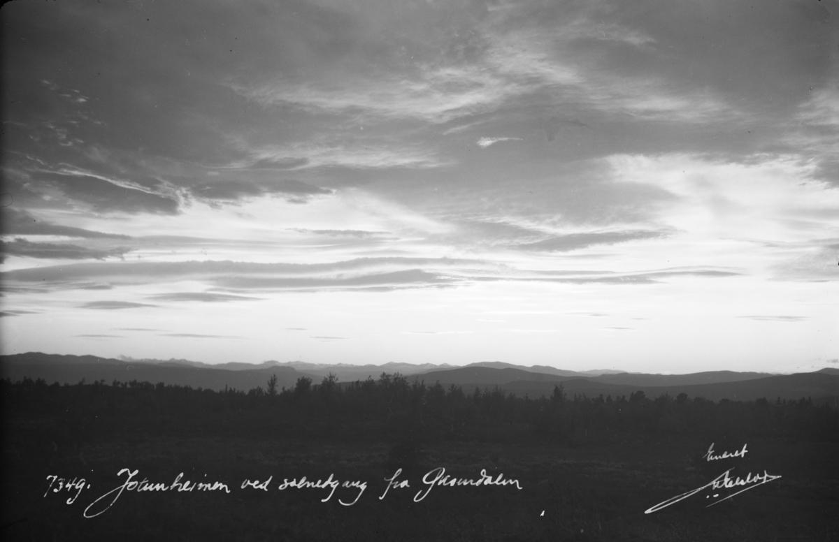 Ringebu. Jotunheimen ved solnedgang sett fra Øksendalen.