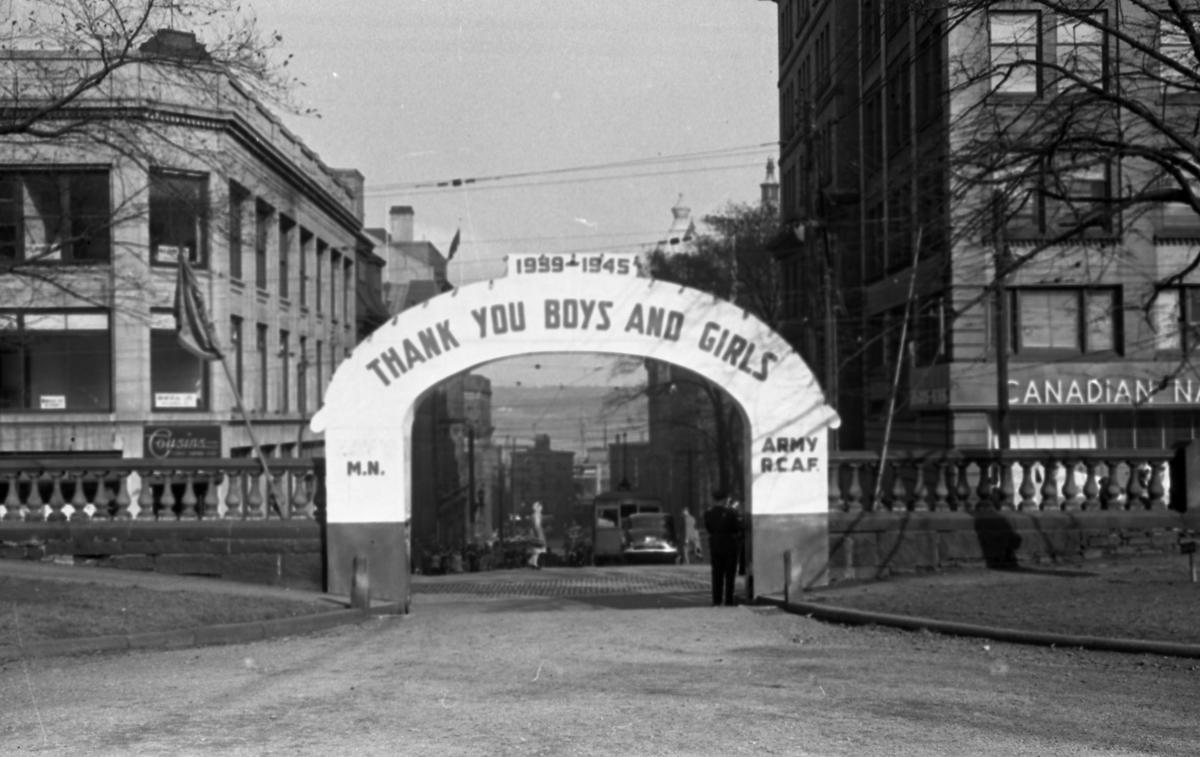 """Bue som takker befolkningen for innsatsen i 2dre verdenskrig (1939-1945). """"Thank you boys and girls""""."""