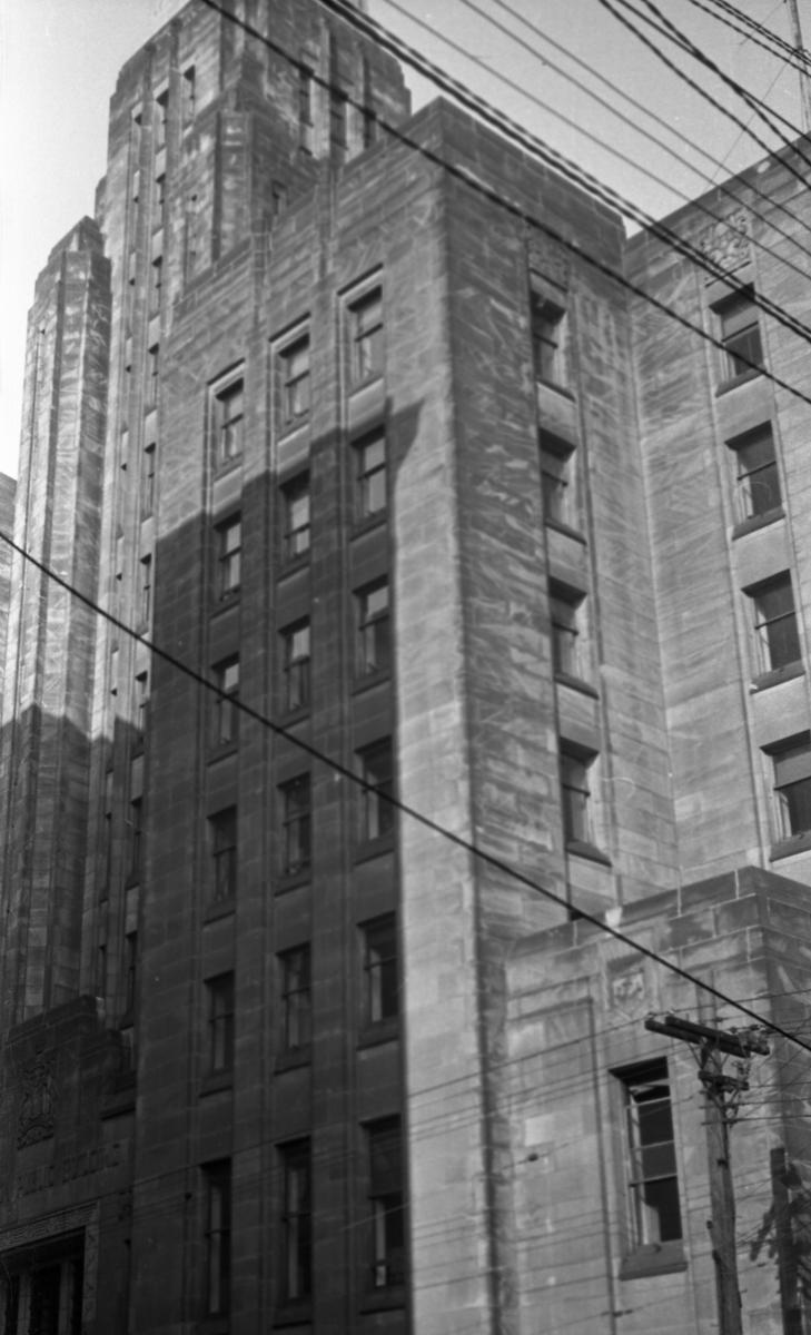 Posthuset i Halifax. Større murbygning med flere etasjer og mange vinduer.