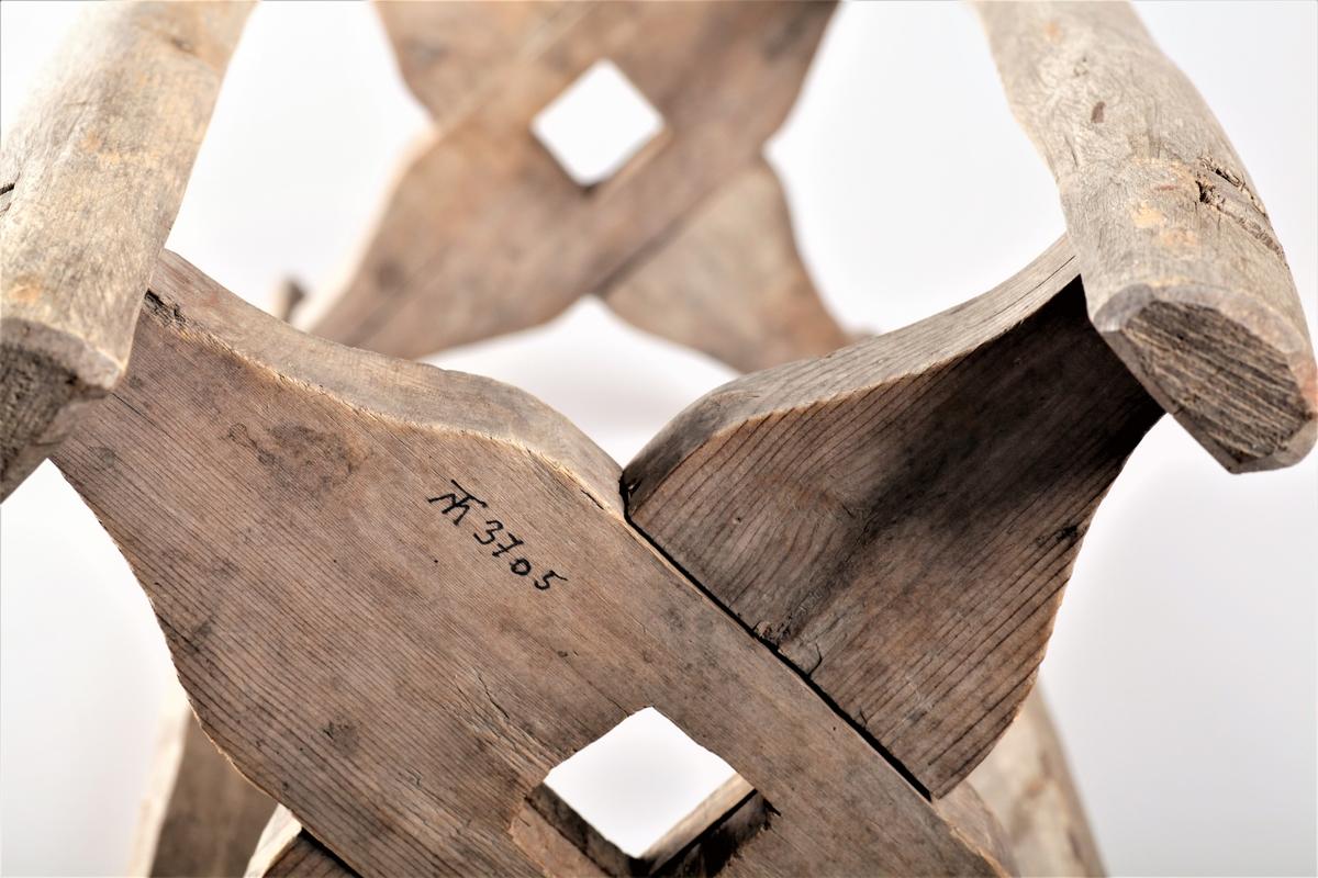 Spole til garnvinne med fire bein og hjul i hver ende. En stokk kan tres gjennom hull i hjulene, slik at vinna (spolen) kan snurre rundt.