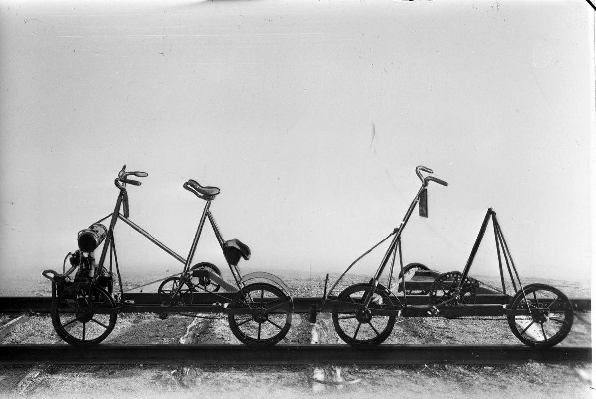 Statens Järnvägar, SJ motortrallor - cykeldressiner; Järnvägsmuseet, Hopfällbar med motor, tillv 1910 - 15, fr Rotebro Ark nr 194. Lös motor finns i låda, tillv av Berg & Co Mek verkstad  Ark nr 123