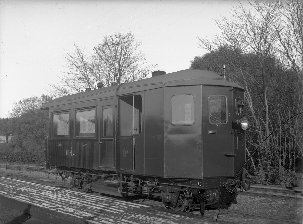 MÅJ AC 10. Ångvagnen tillverkades av Waggonfabriken i Arlöv. Den hade panna och maskineri från den franska firman Purrey i Bourdeaux.
