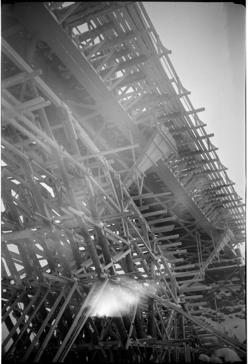 Byggnation av järnvägsbro över vattendrag.