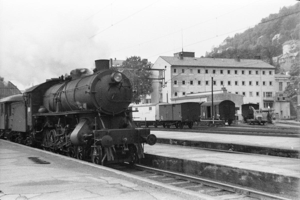 Damplokomotiv type 31a nr. 285 med persontog på Bergen stasjon.