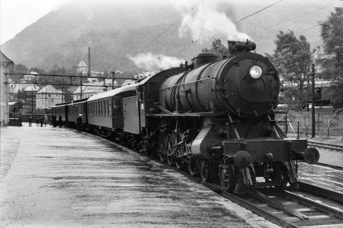 Damplokomotiv type 31a nr. 319 med lokaltog til Nesttun på Kronstad stasjon.