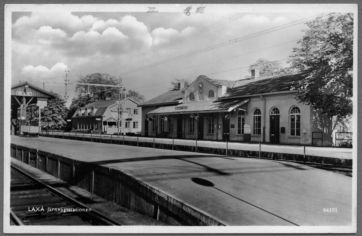 Laxå station med järnvägshotellet till vänster i bild.