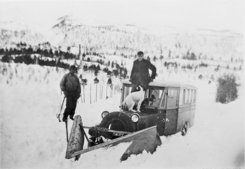 Snøbilkjøring. På bilen: Oddvar Helgesen og hunden Siss. Før 1939.