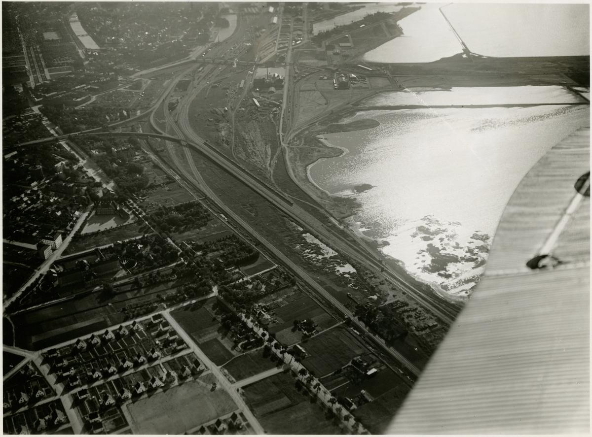Flygbild  av H. Cederberg över Malmö hamn.