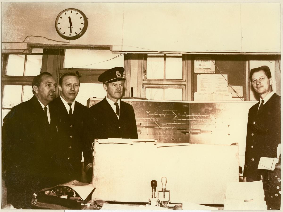 Personal visar nytt ställverk modell 65. Från vänster: Rolf Sundman, Tore Jansson, Stig Hjort, stationsmästare och Arne Glans