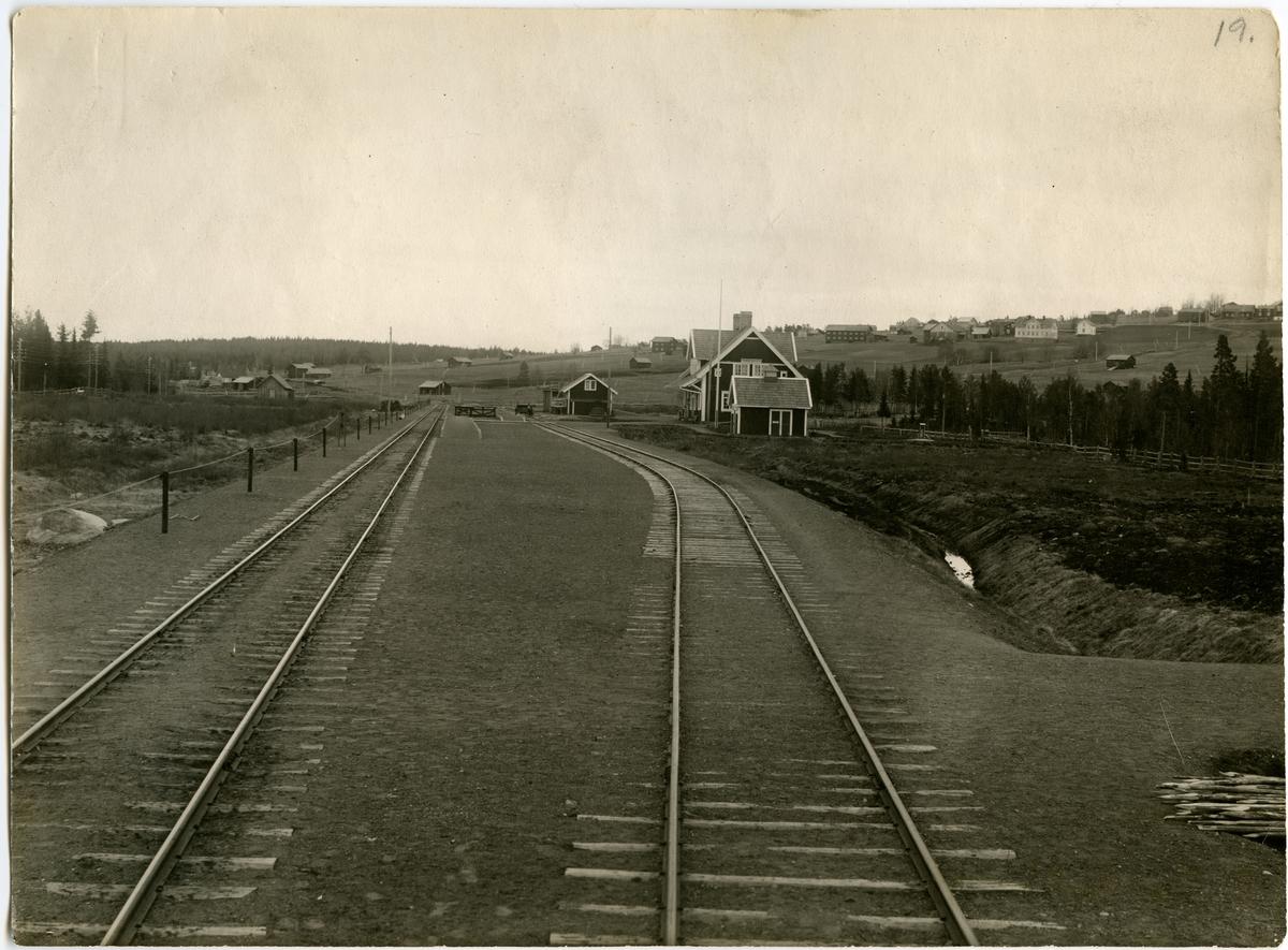 Hållplatsen anlagd 1909. En- och enhalvvånings stationshus i trä