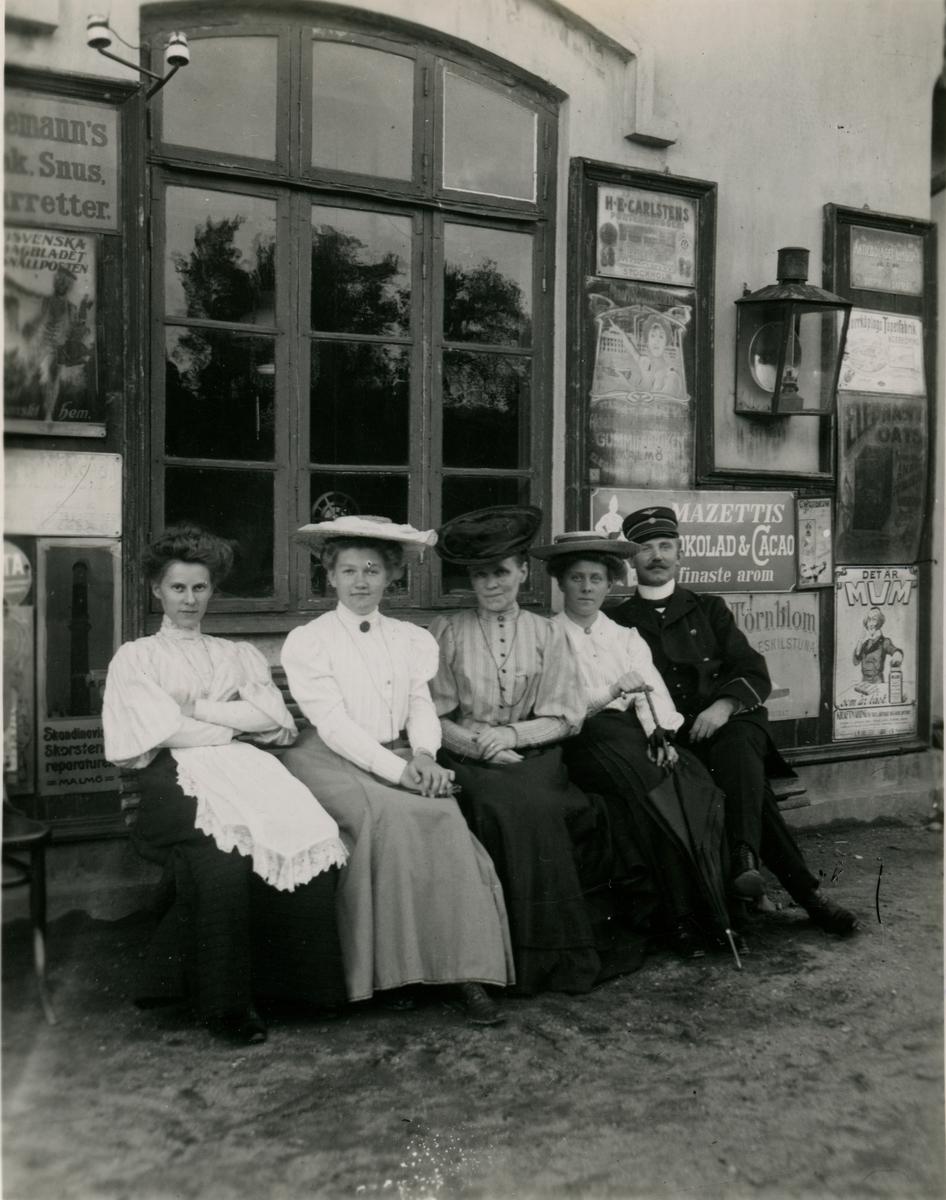 Malmö -Ystads Järnväg, MYJ. Oxie station, utanför kontorsfönstret. Från vänster: Ann-Sofie Karlsson, fröken Göransson, Fru Karlsson, Eva Karlsson och Sts. A. Karlsson (ej släkt med Stins Karlsson).