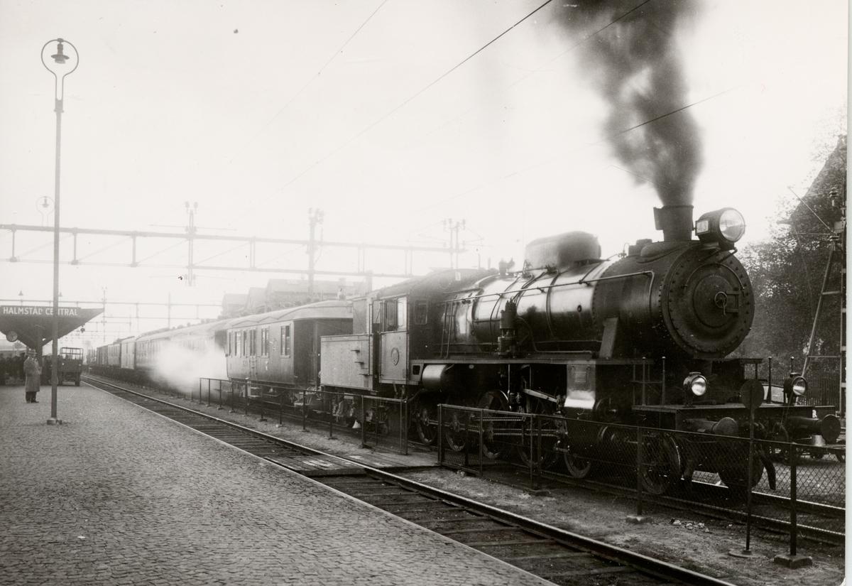 Persontåg nr 2 vid avgång från Halmstad Central 1936-10-03 HNJ Mb/G12 Lok 43.