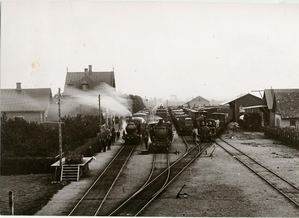 """Klippan station med, Helsingborgs-Hässleholms Järnväg, HHJ Lok 10 """"Mörarp"""" och HHJ Lok 11 """"Qvidinge""""."""