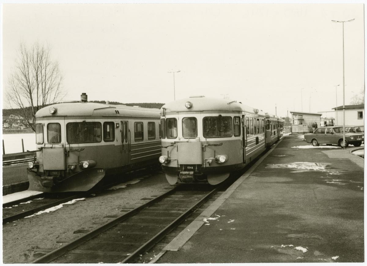 Ulricehamn station, på spåret rälsbussarna Statens Järnvägar  SJ Y7 1169 och SJ Y7 1246.