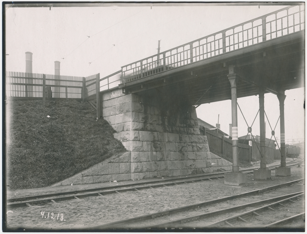 Värtan. Spårvägsbron.Statens Järnvägar, SJ. Banan öppnades 1882.  Provelektrifiering genomfördes1905 men den lades ner. 1940 elektrifierades banan slutgitligt.