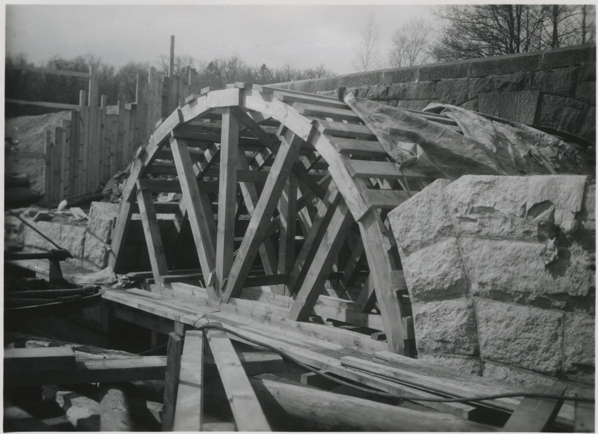Murning av valv för kulvert över Stenhammarsån. På linjen mellan Flen - Sköldinge