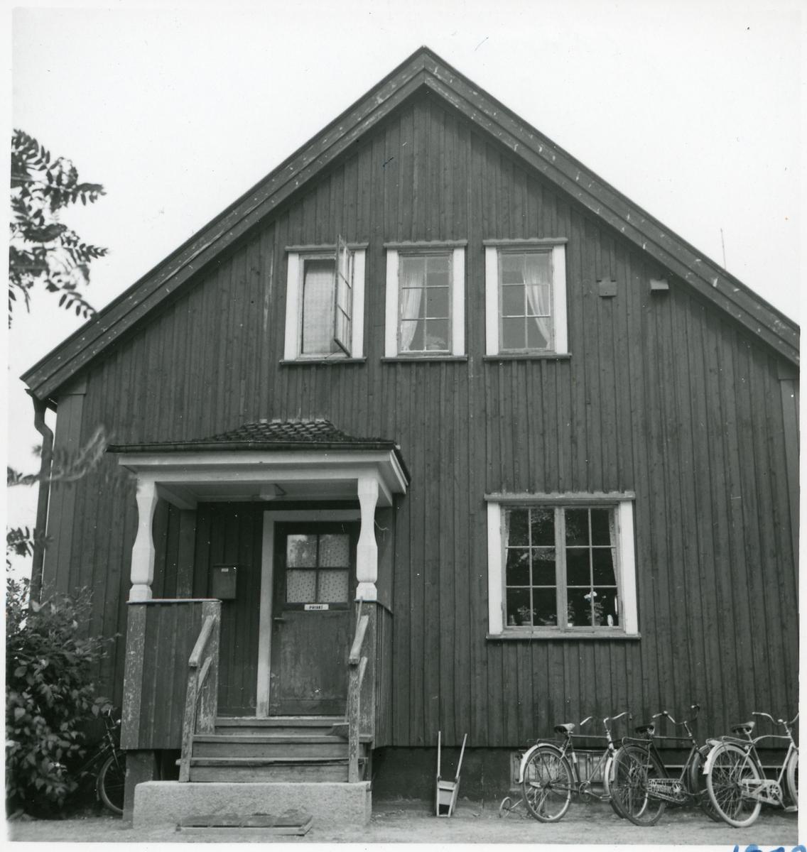Jokkmokks stationshus, husgavel med privat ingång till Stationsföreståndarens bostad.
