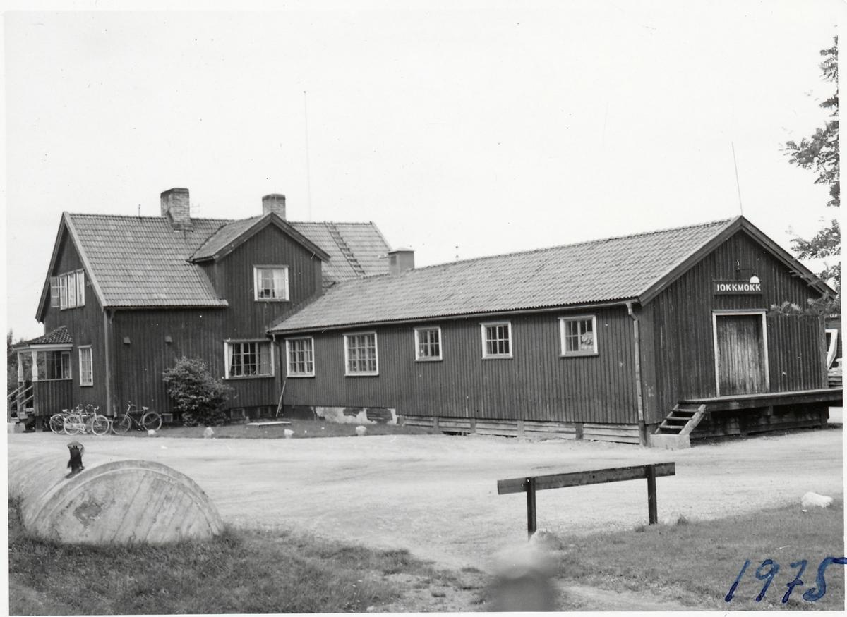 Jokkmokks stationshus med vidbyggt godsmagasin.