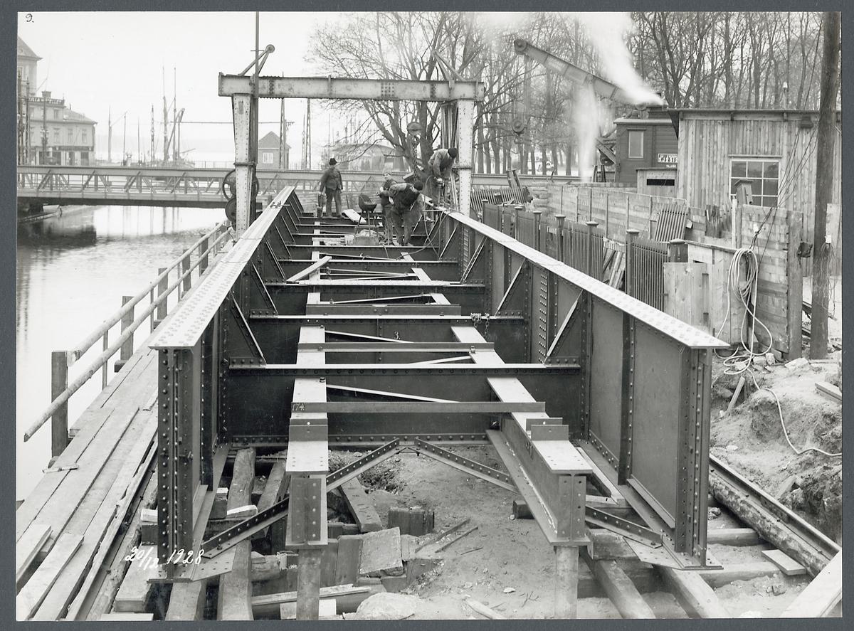 Svängbro över kanalen i Jönköping under uppmontering, nitning pågår.