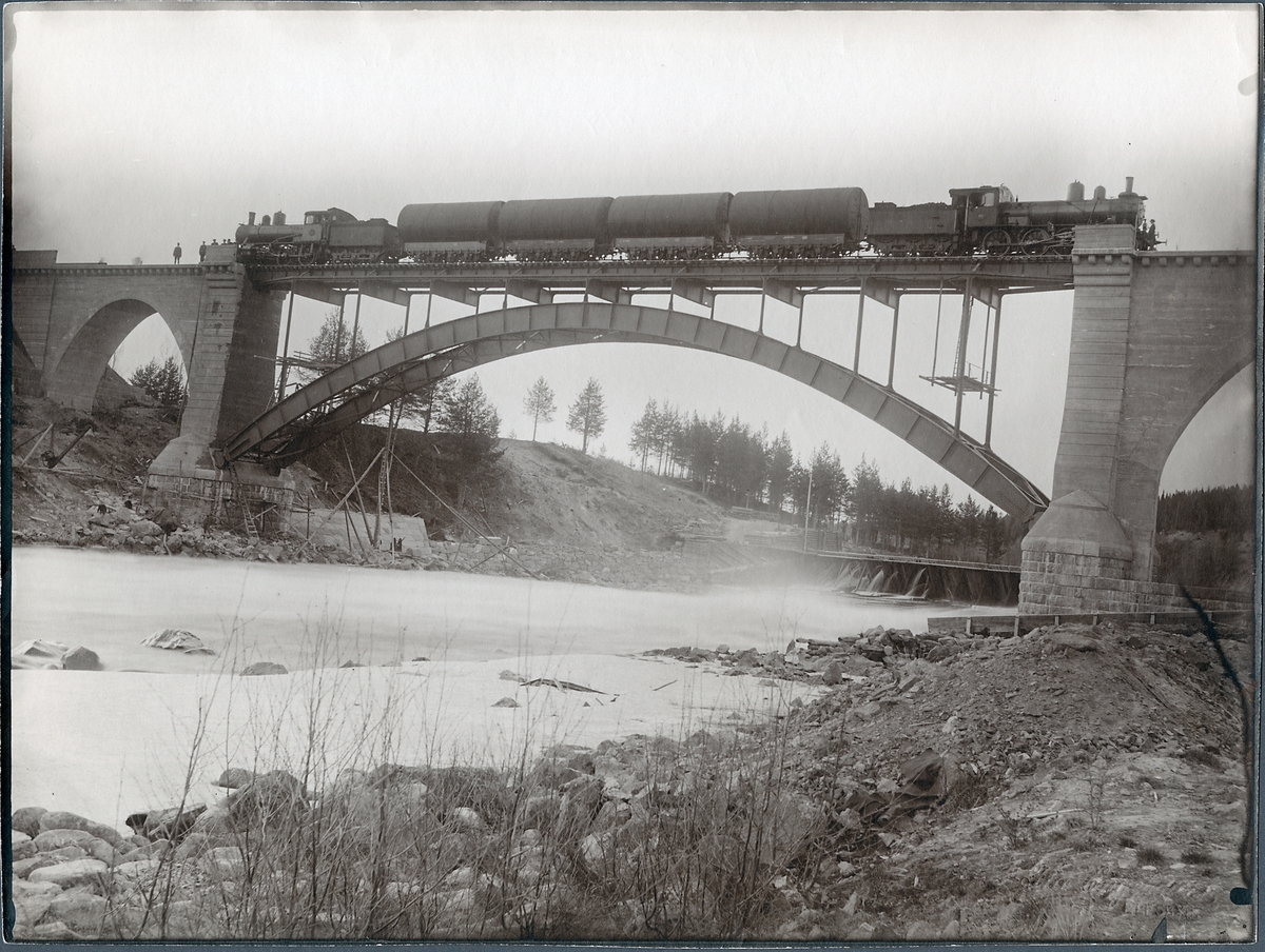 Provbelastning av järnvägsbron över Piteälven vid Sikfors på linjen mellan Piteå och Älvsbyn.