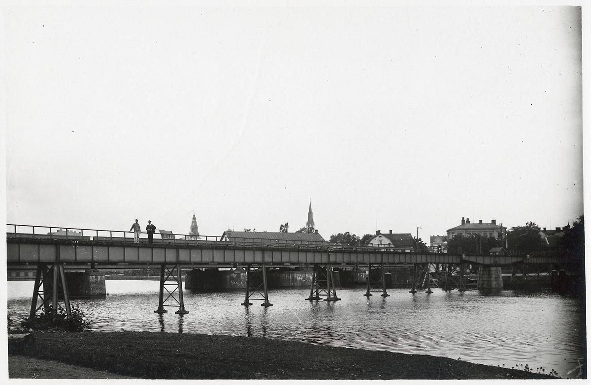 Fastbro med svängspann över Stångån vid ingången till Linköping.