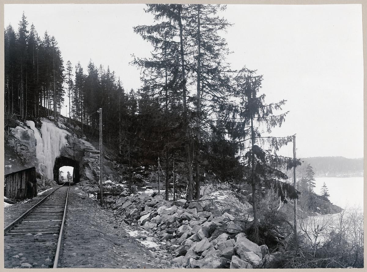 Järnvägstunnel vid Marbäck bredvid sjön Åsunden.