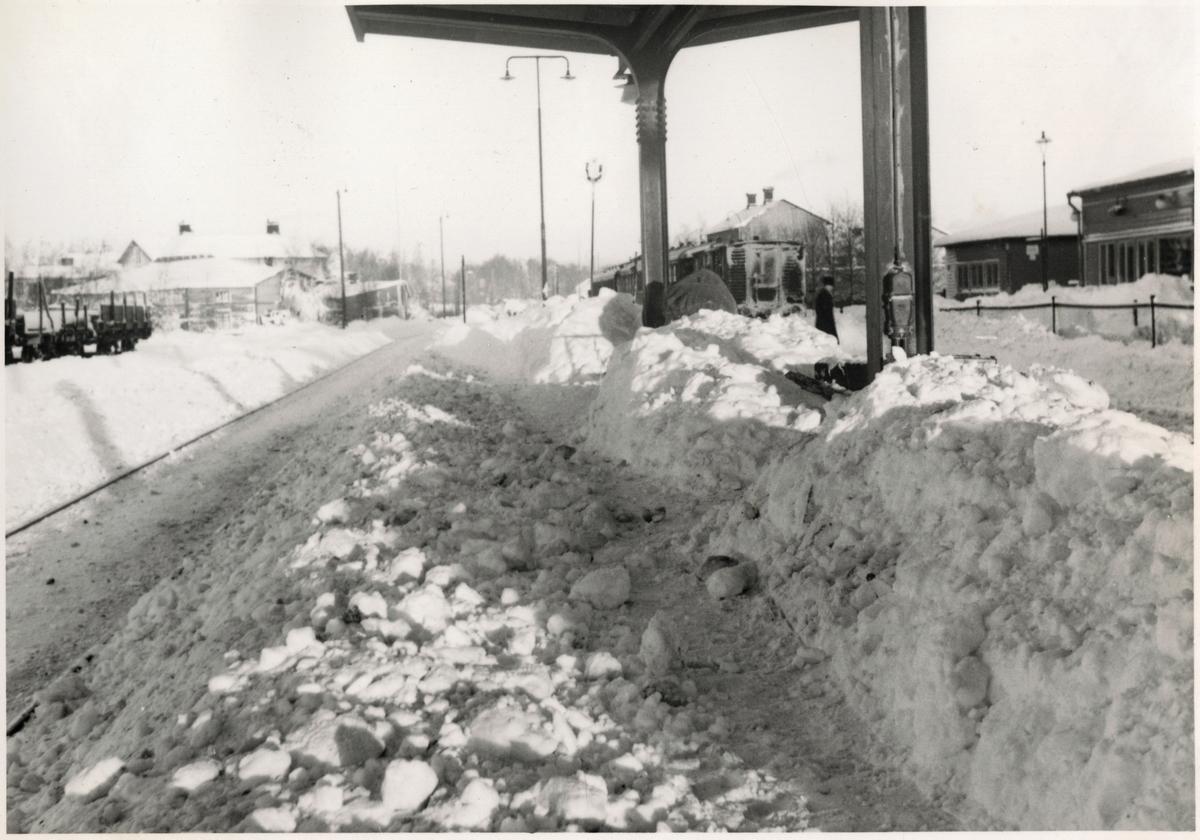 Snö och is på stationsområde.