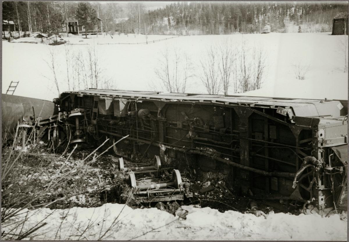 Urspårade vagnar med bebyggelse i bakgrunden under vintertid.