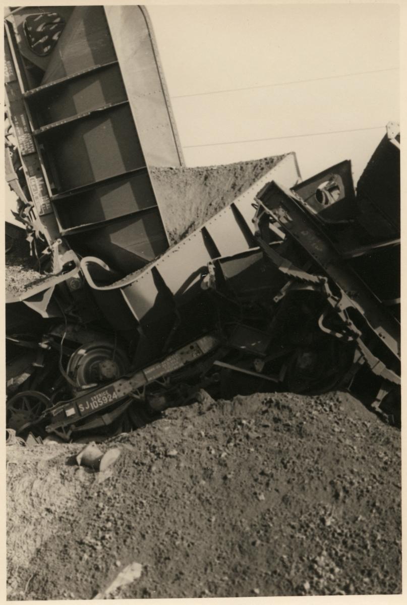 Godsvagn med malm som står på högkant efter olycka i Nattavaara september 1953.