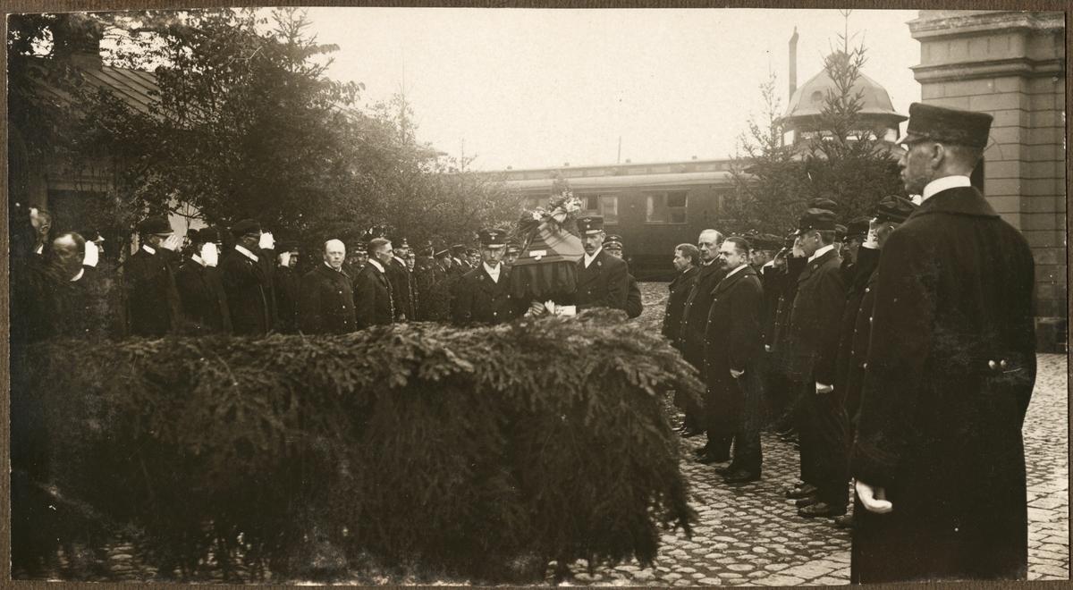 Begravningsprocession med SJ personal vid station.