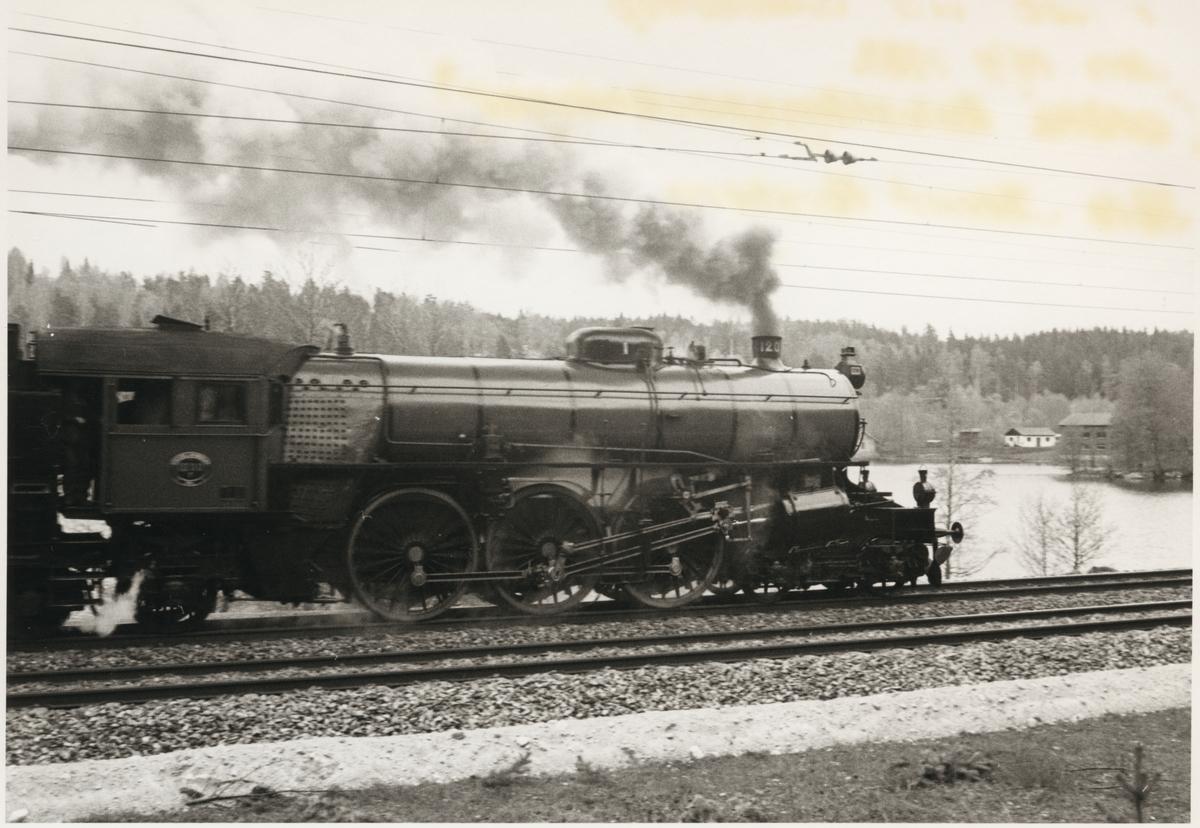 Statens Järnvägar, SJ F 1200.  Ånglok på linje med sjön Bolen i bakgrunden.